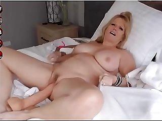 Rondborstige webcammer speelt met haar dildo
